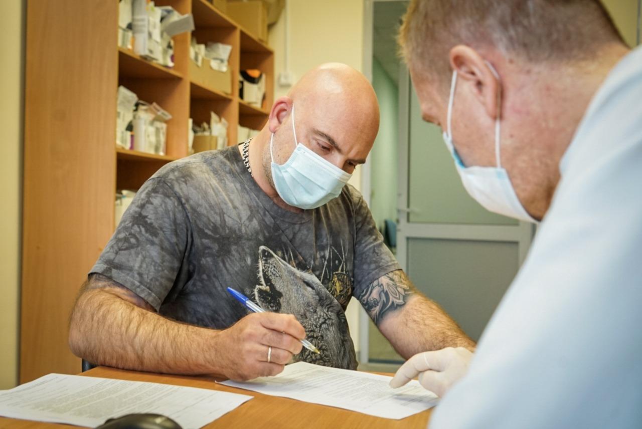Тимофей Баженов: «Вакцинация от ковида – лучшее, что можно сделать для себя и близких» / Фото: Максим Манюров